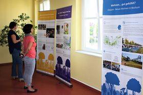 Raum mit Posterstellwänden und Besucher/-innen